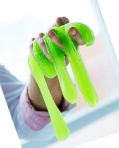 La relajación de sujetar slime en las manos