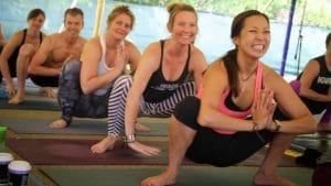 Actividades antiestres: grupo practicando yoga