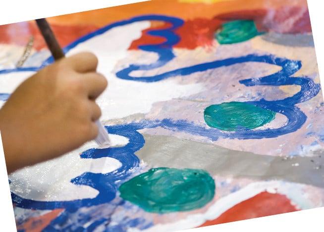 Una forma de arteterapia es aquella que utiliza pinturas de colores para dibujar